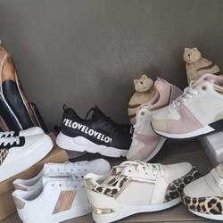 Enfilez une robe, une paire de baskets légères et confortables (26 à 39 € suivant le modèle) et c'est parti!!!  🌐 www.laboutiquedenath.be  🚚 Envoi Colis gratuit en Belgique dès 50€ d'achat - Retrait gratuit sur Lantin (Juprelle) - Livraison en France et au Grand-Duché  #laboutiquedenath #chaussure #mode #style #shop #chaussurefemme #boutique #shoesaddict #sneakers #fashionista #fashionstyle  #chaussureenvente #shoppingonligne #vente #shoe #tendance #boutiqueenligne #katuastyles #femme #basket