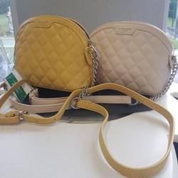 Un petit plus pour ce modèle? La demi-bandoulière en maille chaînette. Disponible en jaune ou en écru au prix de 39€  🌐 www.laboutiquedenath.be  🚚 Envoi Colis gratuit en Belgique dès 50€ d'achat - Retrait gratuit sur Lantin (Juprelle) - Livraison en France et au Grand-Duché  #laboutiquedenath #sacamain #sac #mode #fashion #bag #maroquinerie #accessoires #cuir #handmade #handbag #style #main #pochette #shopping #fashionaddict #sacs #tendance #sacfemme #modefemme #sactendance #sacbandouliere #boutique #cadeau #bags