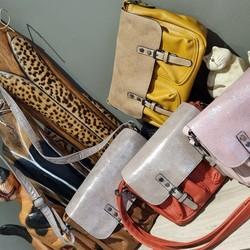 Ce sac avec fermeture à rabat aimantée existe en 2 tailles : - 21 x 18 x 7 cm - Couleurs disponibles Rose ou Rouge (35€) - 25 x 19 x 8,5 cm - Couleurs disponibles Moutarde et Brun/Bronze (39€)  Il est juste superbe! A vos commandes!!!  🌐 www.laboutiquedenath.be  🚚 Envoi Colis gratuit en Belgique dès 50€ d'achat - Retrait gratuit sur Lantin (Juprelle) - Livraison en France et au Grand-Duché  ----- VENEZ LES DECOUVRIR AU NOUVEAU MARCHE HEBDOMADAIRE DE JUPRELLE CE SAMEDI 12 JUIN DES 11H (Parking des Meubles Vrijens, Chaussée de Tongres 425) -----  #laboutiquedenath #sacamain #sac #mode #fashion #bag #maroquinerie #accessoires #cuir #handmade #handbag #style #main #pochette #shopping #fashionaddict #sacs #tendance #sacfemme #modefemme #sactendance #sacbandouliere #boutique #cadeau #bags