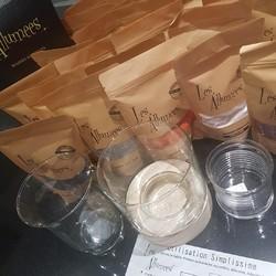 Les Allumées Bougies Addictives? Vous connaissez? Versez simplement votre sable de bougie dans un contenant (minimum 8 cm de diamètre). Plantez une mèche bien au centre. Allumez et admirez !! Possibilité d'ajouter des huiles essentielles.  🌐 www.laboutiquedenath.be  🚚 Envoi Colis gratuit en Belgique dès 50€ d'achat - Retrait gratuit sur Lantin (Juprelle) - Livraison en France et au Grand-Duché  #laboutiquedenath #bougie #candle #bougies #bougieparfumee #candles #decoration #bougieaddict #handmade #bougienaturelle #decorationinterieur #cadeau #candleaddict #faitmain #cirevegetale #ideecadeau #home #jewelcandle #nokiss #jewelcandlelover #bougiebijou #homedecor #jewelcandleaddict #love #deco #plaisir #bracelet