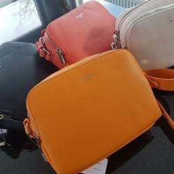 Envie de couleurs? Et pourquoi pas avec ce petit sac bandoulière hyper pratique disponible en orange, framboise, noir et écru au prix de 39€  🌐 www.laboutiquedenath.be  🚚 Envoi Colis gratuit en Belgique dès 50€ d'achat - Retrait gratuit sur Lantin (Juprelle) - Livraison en France et au Grand-Duché  #laboutiquedenath #sacamain #sac #mode #fashion #bag #maroquinerie #accessoires #cuir #handmade #handbag #style #main #pochette #shopping #fashionaddict #sacs #tendance #sacfemme #modefemme #sactendance #sacbandouliere #boutique #cadeau #bags